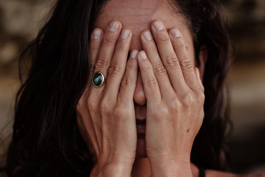 34-symptoms-of-menopause-hands-face